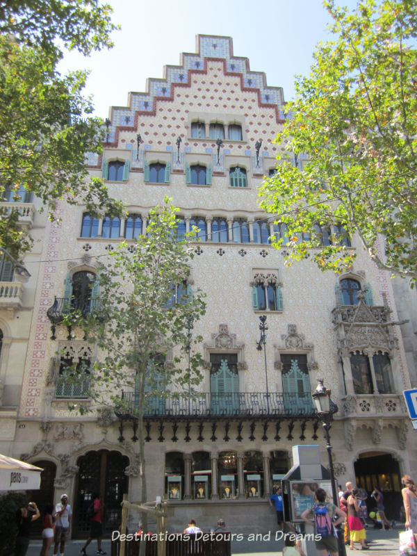 Casa Amatller by Josep Puig i Cadafalch. Guide to exploring Barcelona on foot: Las Ramblas, the Gothic Quarter, the Eixemple district, and the beach
