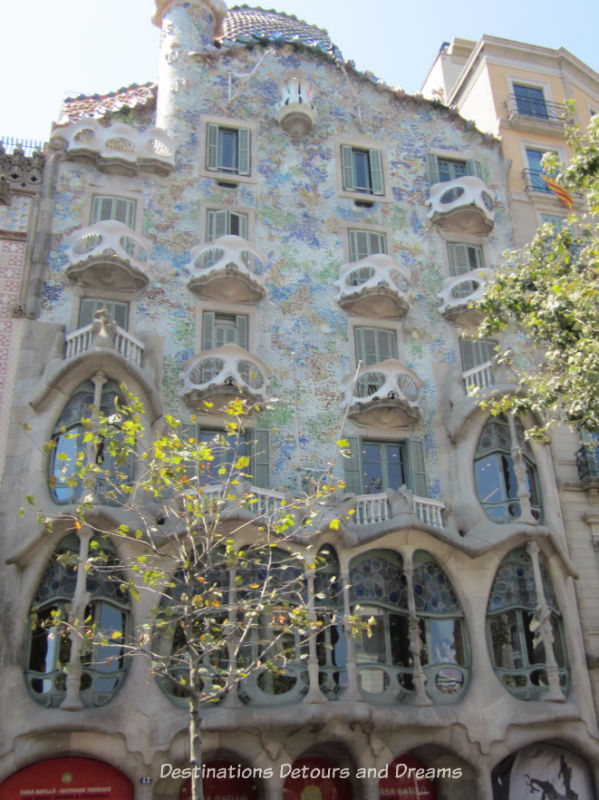 Casa Batlló by Antoni Gaudí i Cornet. Guide to exploring Barcelona on foot: Las Ramblas, the Gothic Quarter, the Eixemple district, and the beach