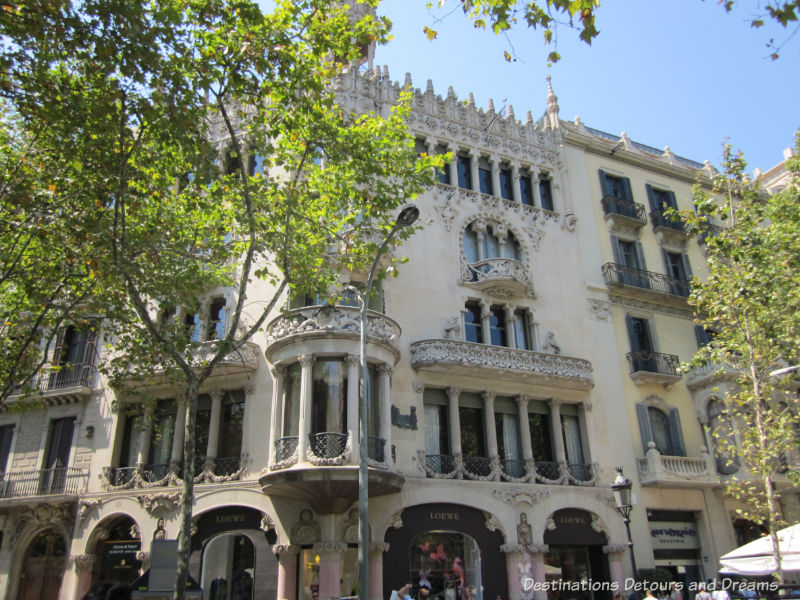 Casa Lleó Morera by Lluis Domènech i Montaner. Guide to exploring Barcelona on foot: Las Ramblas, the Gothic Quarter, the Eixemple district, and the beach