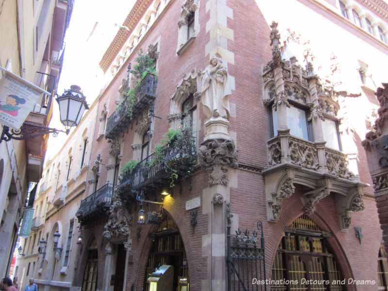 Els Quatre Cats. Guide to exploring Barcelona on foot: Las Ramblas, the Gothic Quarter, the Eixemple district, and the beach
