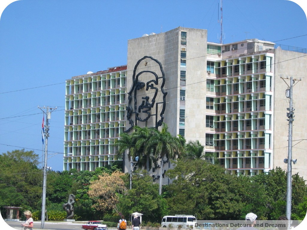 Cuba building with Che