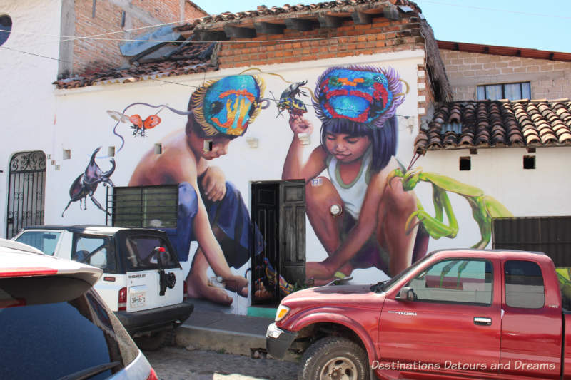 Puerto Vallarta street art: two children squatting around a doorway