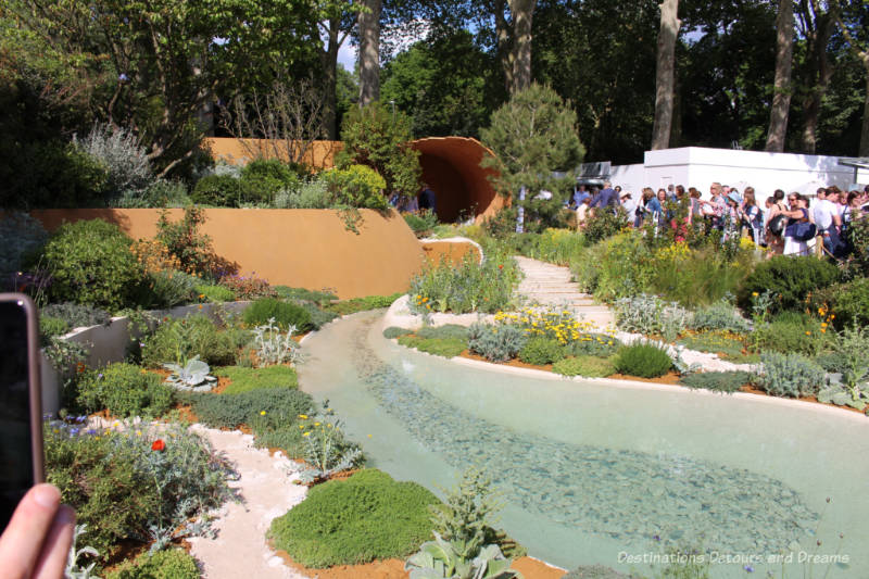 Curved beds and a sand dune-inspired pavilion in the Dubai Majlis Garden at the 2019 Chelsea Flower Show