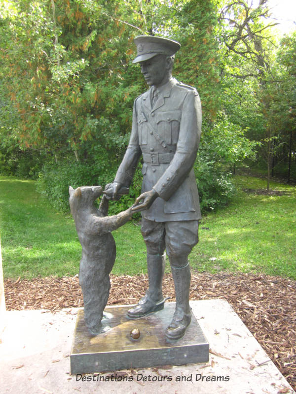 Statue of Lieutenant Harry Colebourn and his bear Winnie